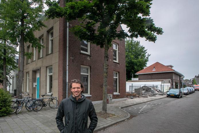 Eindhoven Reinier van Abbe bij zijn project op de hoek Rochusstraat-Stratumsedijk.
