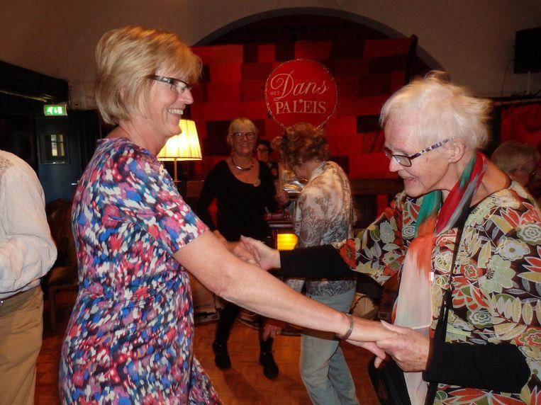 Dansvrijwilliger Wil de Reus en Ellen Heuft, stevig aan de foxtrot. Beeld Schuim