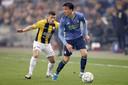 Bryan Linssen namens Vitesse in actie tegen Feyenoord. Rechts Steven Berghuis.