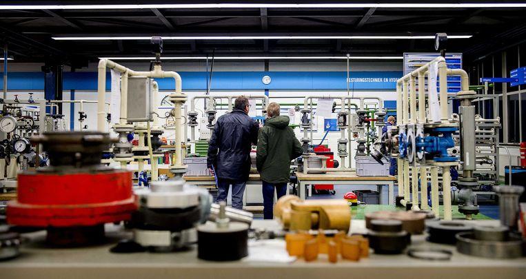 Jongeren tijdens de open dag van de Academy, de bedrijfsschool van Tata Steel in IJmuiden. Jongeren met interesse in techniek kunnen zich laten informeren over opleidingen van het staalbedrijf. Beeld ANP