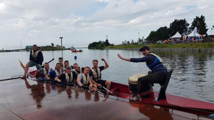 De mannen van het winnende team Crossfit. Het slechte weer drukt de pret niet bij de drakenbootrace  in Harderwijk.