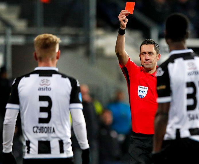 Scheidsrechter Dennis Higler zaterdagavond tijdens Heracles - PSV.