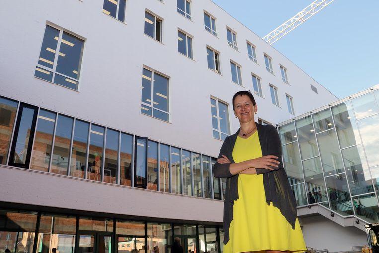 Directeur Greet De Clerck voor het nieuwe gebouw.