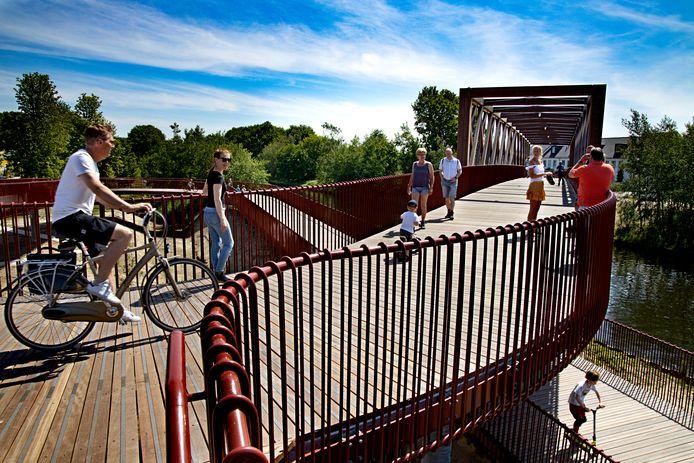 De nieuwe fietsbrug over het Wilhelminakanaal in Oirschot, kort na de opening.