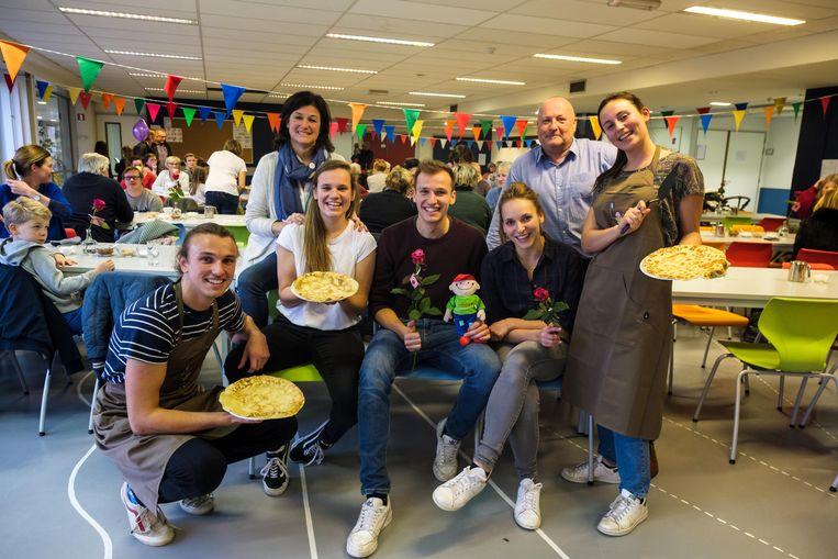 Acteur Michiel de Meyer met zijn familie en enkele vrijwilligers.