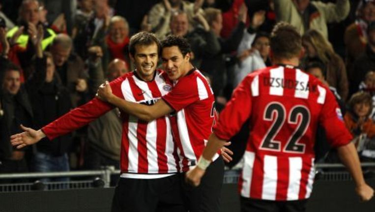 De PSV-aanvaller Balazs Dzsudzsak (rechts) heeft 1-0 gescoord uit een voorzet van Danko Lazovic (links). Foto ANP Beeld