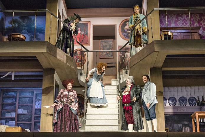 Het decor van Le nozze di Figaro is een levensgroot poppenhuis.