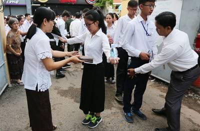 school-singapore-helpt-leerlingen-spieken-bij-examen