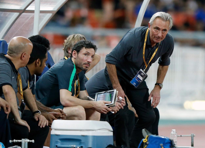 Bert van Marwijk als bondscoach van Saoedi-Arabië met naast zich toenmalig assistant Mark van Bommel.