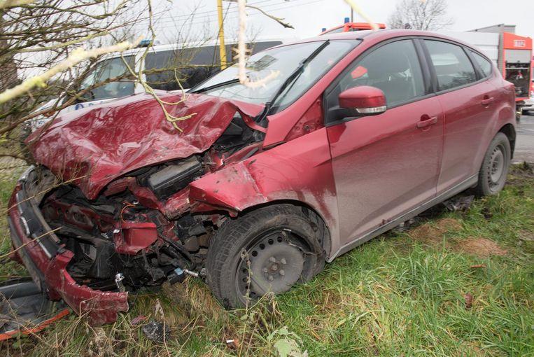 De wagen raakte volledig vernield.