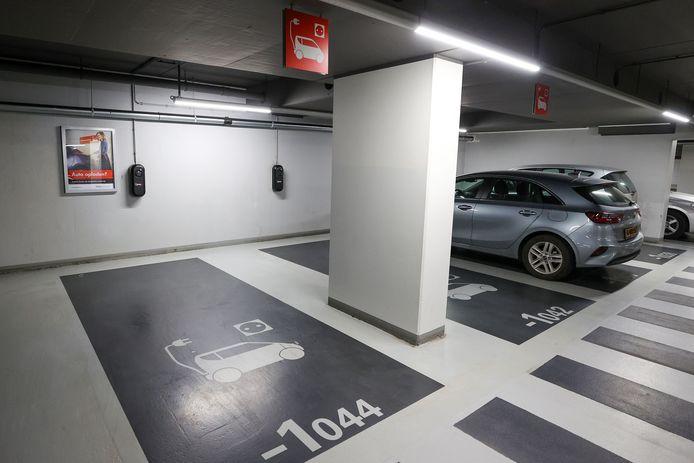 Laadunits voor elektrische auto's in de parkeergarage onder winkelcentrum Heuvel in Eindhoven.