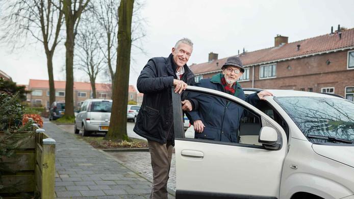 Een vrijwilliger haalt met zijn eigen auto een plaatsgenoot thuis op en brengt hem naar de gewenste plaats van bestemming.