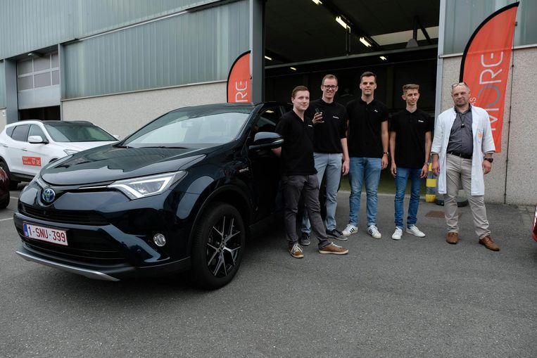 De studenten, onder wie Stijn Huygen en Laurens Wuyts, bij de Toyota RAV4 Hybrid.