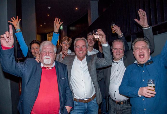 Cees van Dijk, Hans Smolders (tweede van links) en Peter van den Hoven vieren de uitslag van de gemeenteraadsverkiezingen in Tilburg.