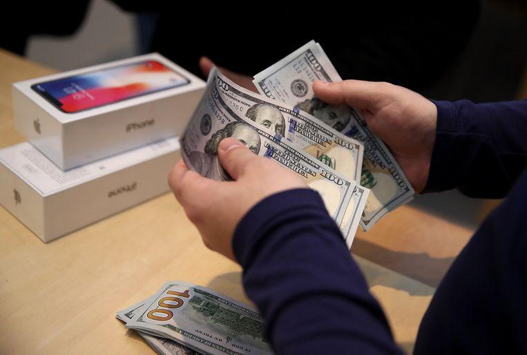 Een klant van Apple rekende gisteren op Fifth Avenue in New York af voor de nieuw iPhone X. foto AP Beeld AFP