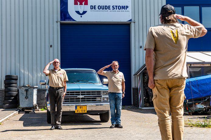 Veteranencentrum De oude Stomp gaat 1 juni weer open. Veteraan Piet (r) groet de bestuursleden en vrijwilligers Peter Fröhling en Jan Paling (l).