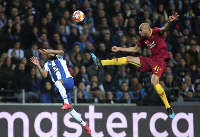 Steven N'Zonzi van AS Roma in duel met Eder Militao van Porto.