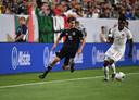 Alphonso Davies in duel met PSV-middenvelder Erick Gutierrez tijdens een interland tussen Canada en Mexico.