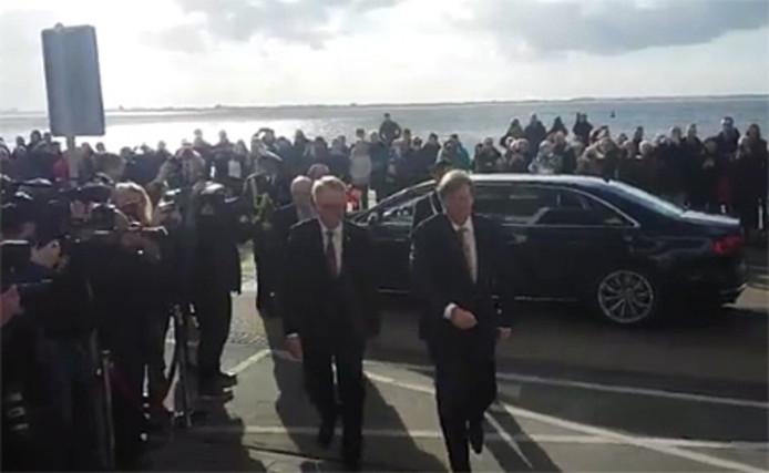 Koning Willem-Alexander arriveert op de Boulevard in Vlissingen.