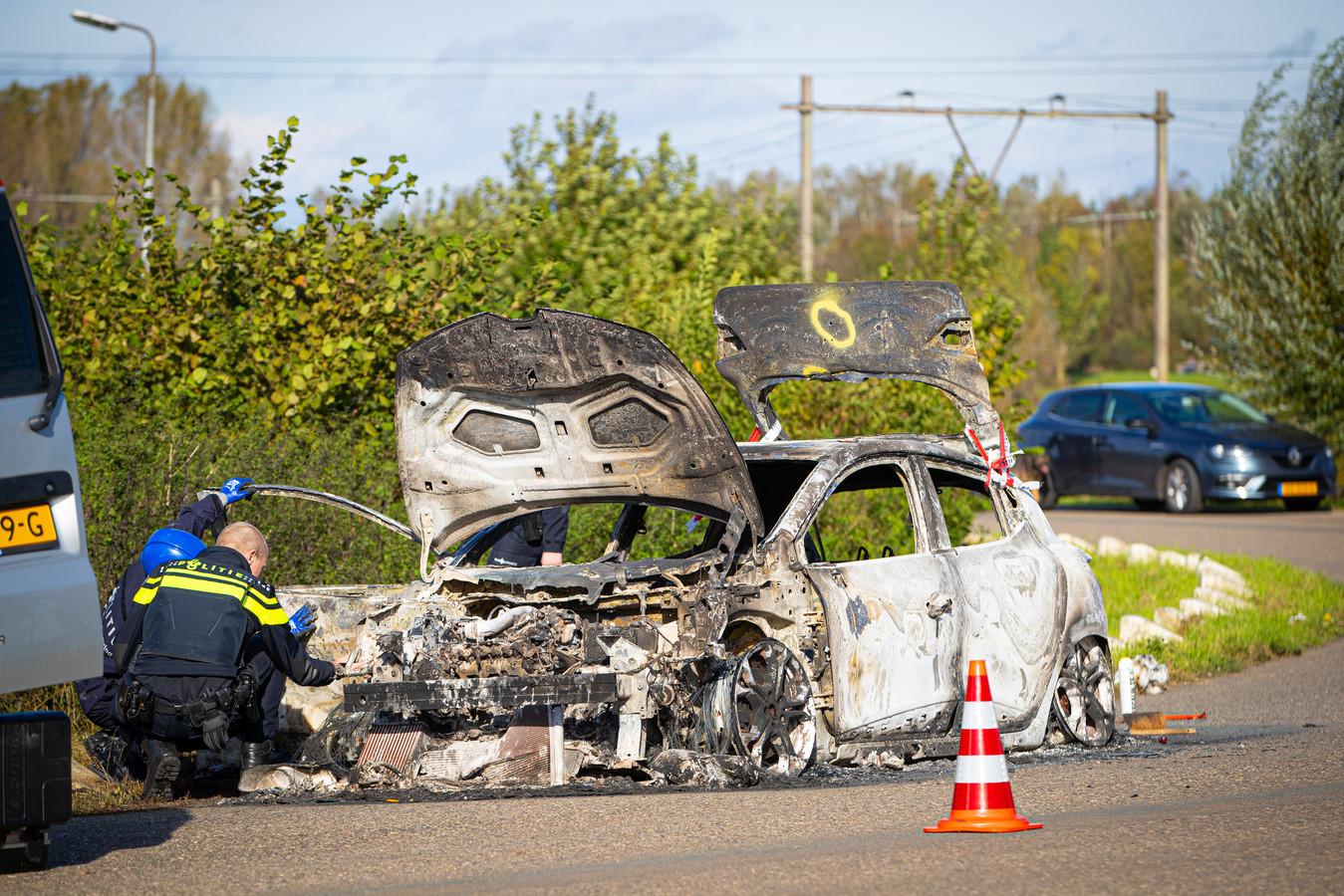 Foto's die de politie zaterdag maakte bij een uitgebrande auto aan de IJsselcentraleweg zijn ook verdwenen door de diefstal van de camera.