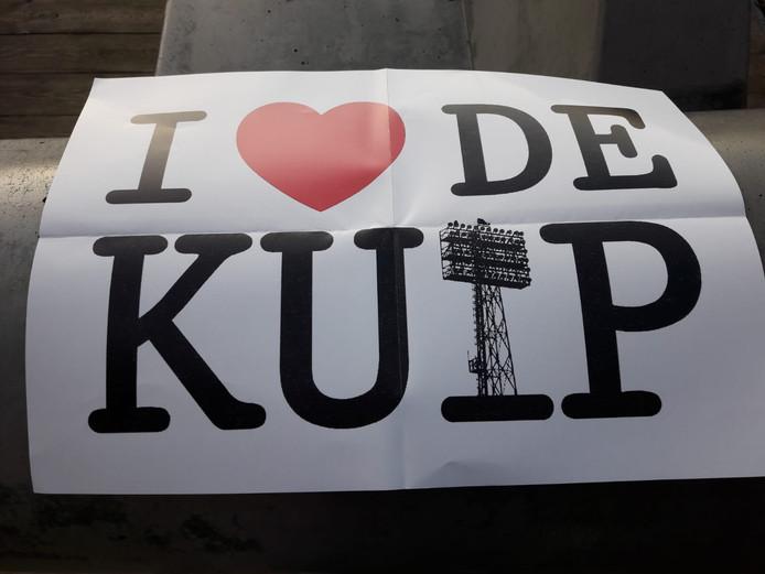Duizenden supporters hielden kort na aftrap van de wedstrijd tegen de Graafschap een A4'tje met de tekst 'I (hartje) de Kuip' omhoog.