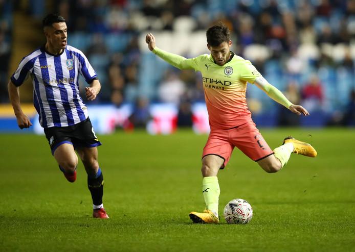 David Silva van Manchester City (rechts) in duel met Joey Pelupessy uit Nijverdal.