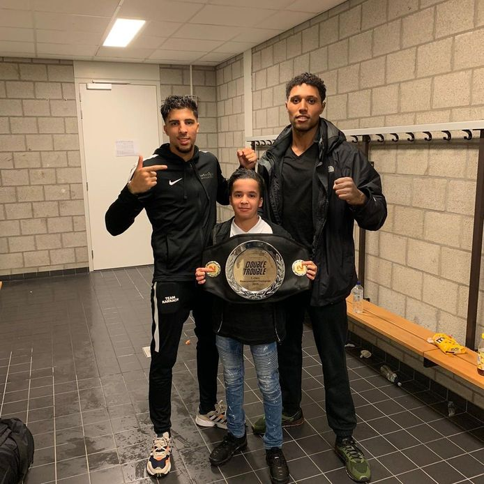 Ayoub Zelag (rechts) poseert met de kampioensgordel samen met Anis Karkach (link) en Raffie Karkach.