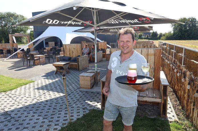 Stefan de Vetter op het terras van 't Spoor Outdoor. De banken komen ook van pas bij Oktoberfest.