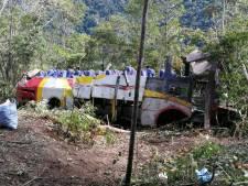 Bus stort 200 meter naar beneden in ravijn Bolivia: 25 doden