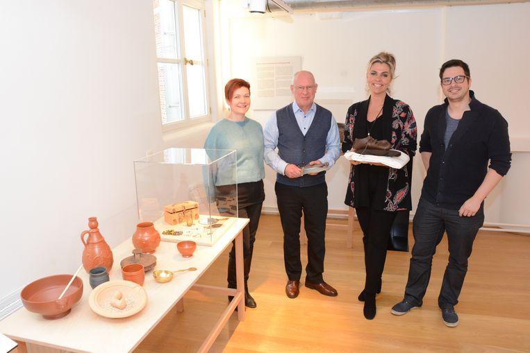 Inge Baetens en Johan Smet van Erfpunt, schepen Inge Brocken en erfgoedmedewerker Bert Verwerft willen zoveel mogelijk mensen warm maken voor een bezoek.