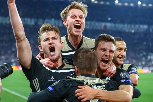 Ajax juicht na de 1-2.