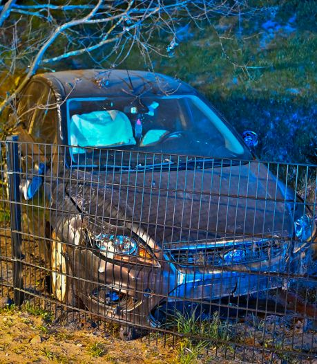 Automobilist ramt in volle vaart twee keer hek bij Bergeijk