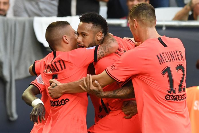 Neymar wordt geknuffeld.