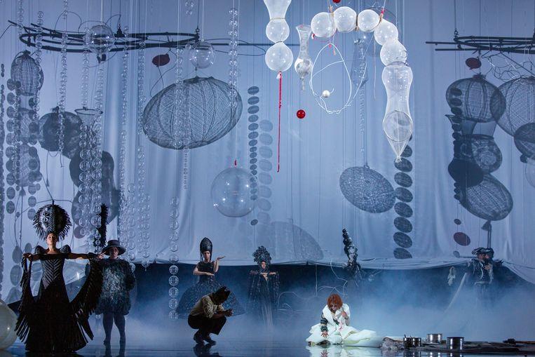 De prachtige kostuums zijn ontworpen door Jan Taminiau, het mooie decor is van Marc Warning. Beeld Sanne Peper