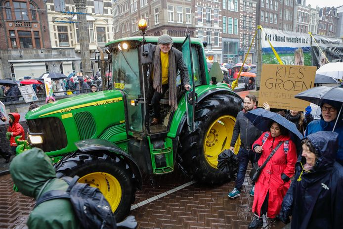 Midden tussen de vele deelnemers aan de Klimaatmars 2019 in Amsterdam trok boer Piet Hermus uit Zevenbergschen Hoek veel bekijks met zijn tractor plus aanhangwagen vol spandoeken.