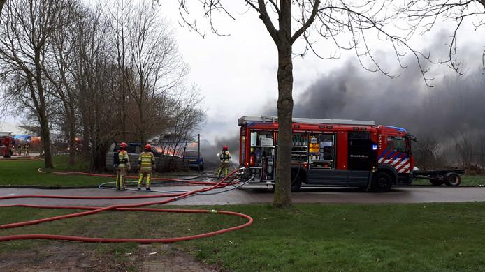 Het bedrijfspand aan de Zeilweg in Lelystad is volledig afgebrand.