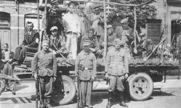 Na de bevrijding werd er een optocht gehouden die door de Hoevense straten trok. foto's De Honderd Hoeven