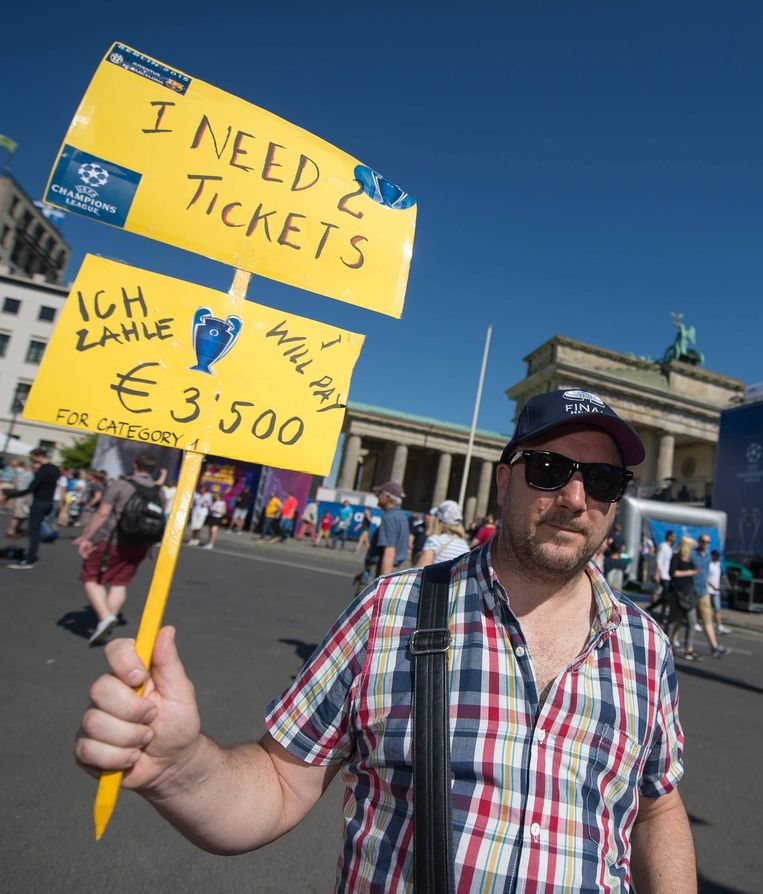 Een fan probeert, tegen een hoge prijs, twee kaarten voor de Champions League finale te vinden in Berlijn. Beeld epa