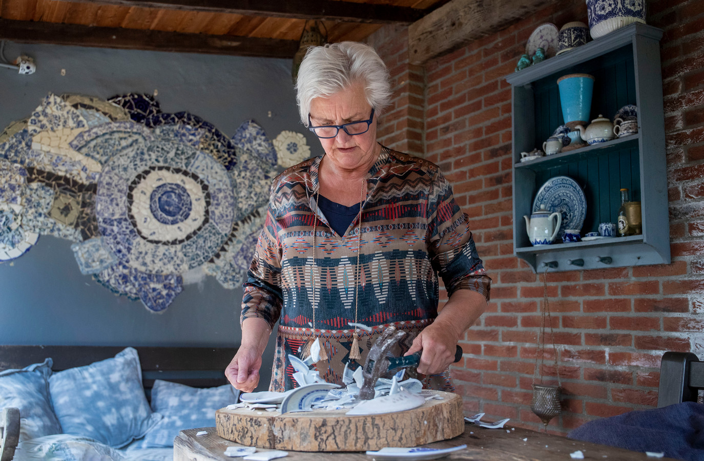 Jette Rijken vraagt om gebruikt blauw servies om te gebruiken voor een muurmozaïek.