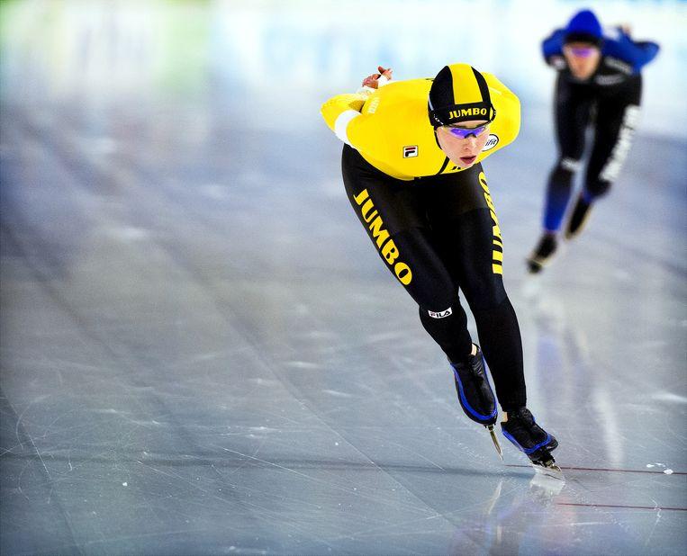 Antoinette de Jong  voor Ireen Wüst die zij duidelijk gaat verslaan in een rechtstreeks duel op de 3000 Meter, Vrouwen.  Beeld Klaas Jan van der Weij
