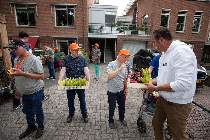 Gijs Lindeboom deelt het fruit uit.