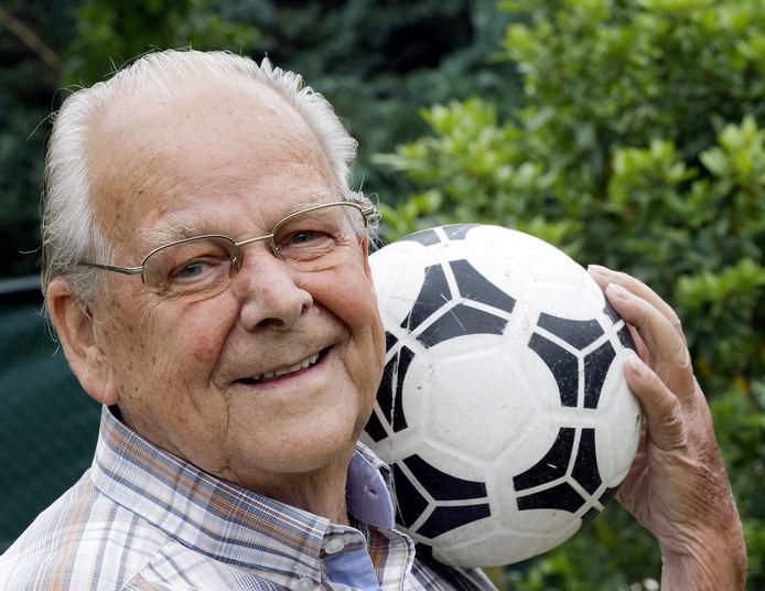 Adriaan den Otter (90) is medeoprichter van voetbalclub SCI.