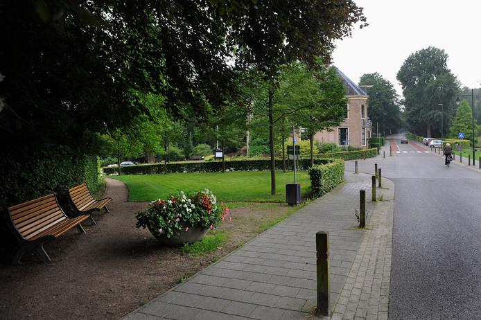 Het Rozendaalse gemeentehuis gezien vanaf de Beekhuizenseweg.