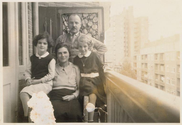 Sanne, Ilse, Franz en Barbara Ledermann (vlnr) op het balkon van hun woning, ca. 1936. Alleen Barbara overleefde de oorlog. Beeld