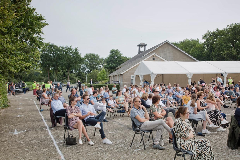 In verband met het corona-virus wordt er een kerkdienst buiten op de parkeerplaats van de protestantse Zuiderkerk gehouden.
