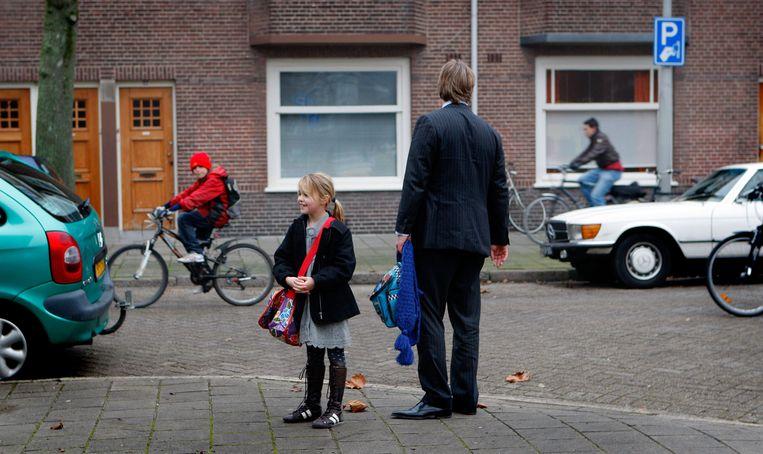 Een vader haalt zijn dochter op van school Beeld ANP