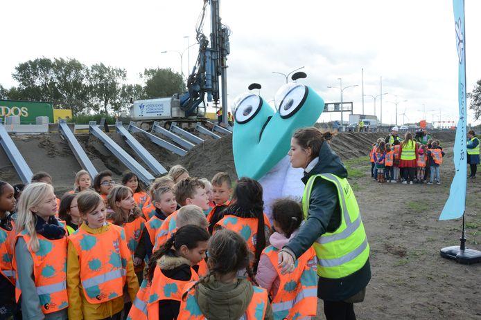 Het derde leerjaar van de Sint-Martinusschool bracht donderdag een bezoek aan de werf. Ook de mascotte Corneel van Oosterweel was van de partij.
