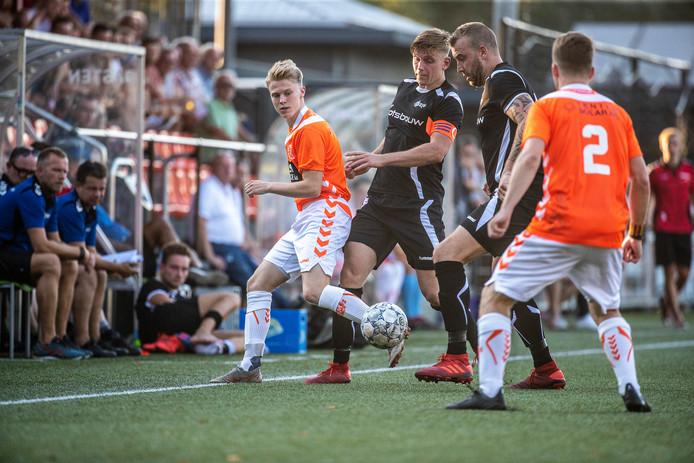 Zondagclub Longa'30 en zaterdagvereniging AZSV in dezelfde hoofdklasse: dat is iets wat de KNVB graag ziet.