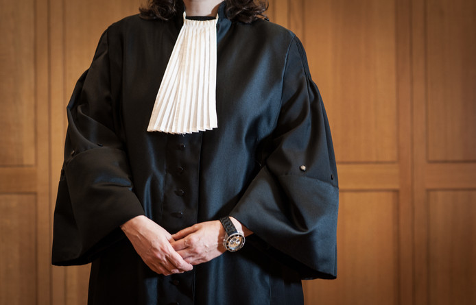 Een rechter in toga in de rechtbank.