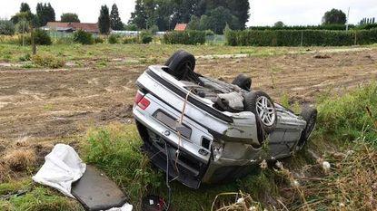 Vrouw gewond na buiteling naast A19